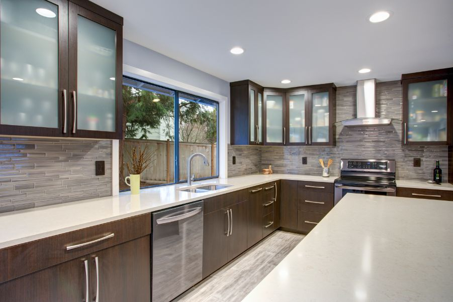 11 Ideas For Dark Kitchen Cabinets, What Colors Go With Light Brown Kitchen Cabinets
